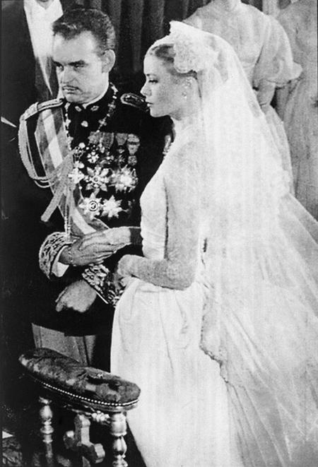 Grace Kelly kết hôn với Thân vương Rainier III của Monaco năm 1956. Ảnh: UK Press.