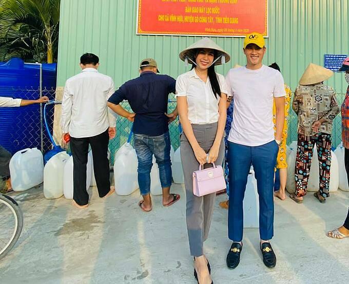 Vợ chồng Thủy Tiên - Công Vinh đi giám sát lắp trạm nước lọc ở miền Tây.