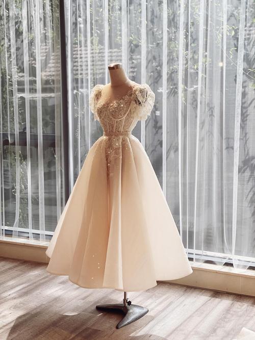 Đối với thời trang trong nước, NTK Phương Linh (Hà Nội) cũng cho biết váy cưới ngắn sẽ là một trong những gạch đầu dòng mà cô dâu không thể bỏ qua trong checklist (danh sách những thứ cần chuẩn bị) của ngày trọng đại.