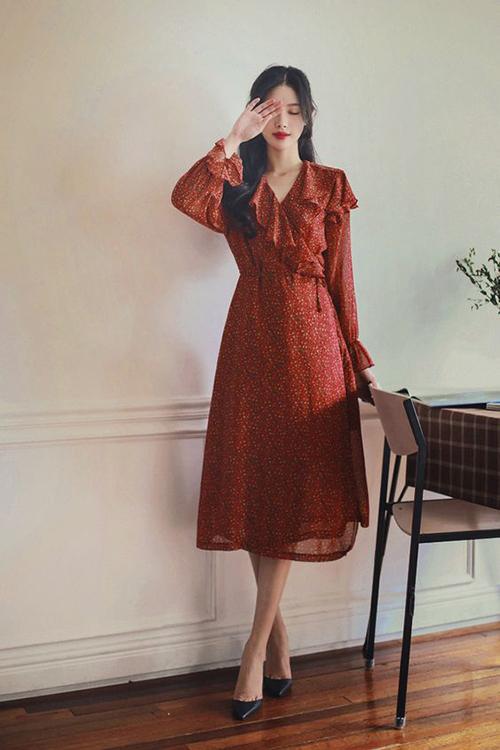 Thiết kế váy vạt xéo, tay loe nhẹ nhàng vẫn là trang phục được yêu thích ở mùa mốt mới. Ngoài các mẫu váy màu trung tính đã quá quen thuộc, chị em có thể làm mới tủ đồ bằng các mẫu đầm hoa.