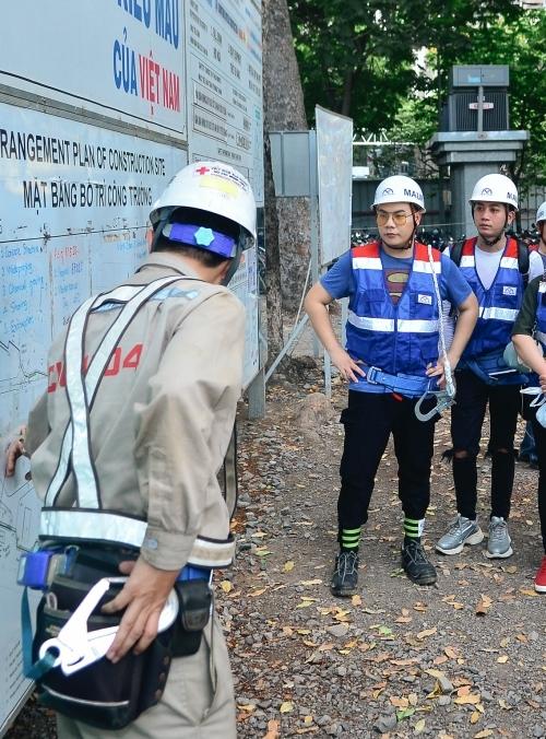 Hamlet Trương được kỹ sư xây dựng giới thiệu về tuyến metro. Anh có cơ hội tham quan phần ga chợ Bến Thành. Hiện công trình đang được hoàn thiện và dự kiến đi vào hoạt động năm 2021.