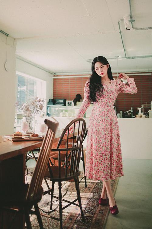Ngoài các mẫu váy ngắn tiện lợi trong mùa nắng, trang phục in hoa còn được thể hiện trên các dáng maxi và đầm vintage.