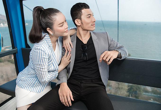Hai diễn viên ngồi cáp treo ngắm cảnh đẹp thành phố biển - quê hương của Lý Nhã Kỳ. Kiều nữ thân mật tựa vai đàn em kém 8 tuổi.