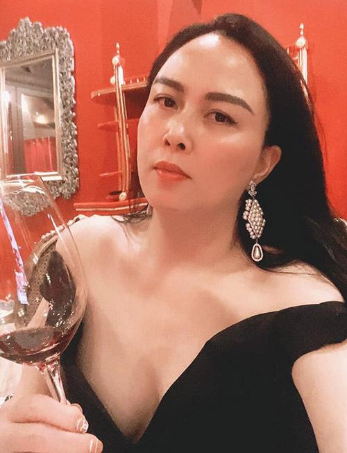 Cô hay mặc các thiết kế hở vai, trễ ngực hoặc xuyên thấu và rất tự tin với dung mạo ở tuổi 43. Phượng Chanel tiết lộ bí quyết để có làn da hồng hào là mỗi ngày cô đều uống rượu vang.