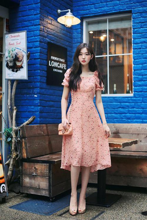 Váy hoa nhí, vải chiffon, lụa nhân tạo đễ tôn nét dịu dàng và giúp phái đẹp thoải mái khi xuống phố.