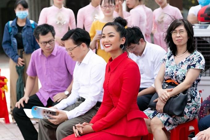 HHen Niê dự event ngoài lề đường