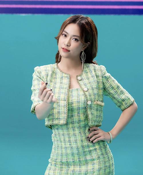 Bộ suit của Hoàng Thuỳ Linh dành cho các bạn gái yêu phong cách thanh lịch nhưng vẫn muốn theo đuổi hot trend tông xanh. Vải tweed kẻ sọc ca rô được phối màu ăn ý để mang lại nét trang nhã cho chất liệu.