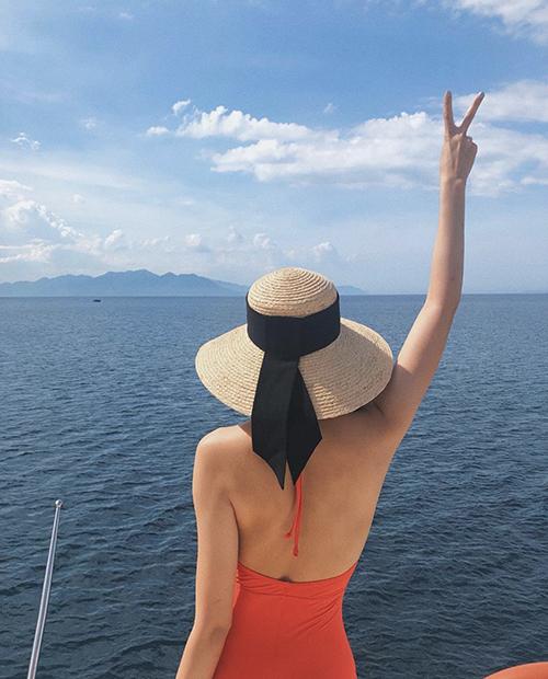 Bikini phô trọn đường cong thường được Tăng Thanh Hà sử dụng phụ kiện mũ nan để có được set đồ hoàn hảo khi đi du lịch biển.