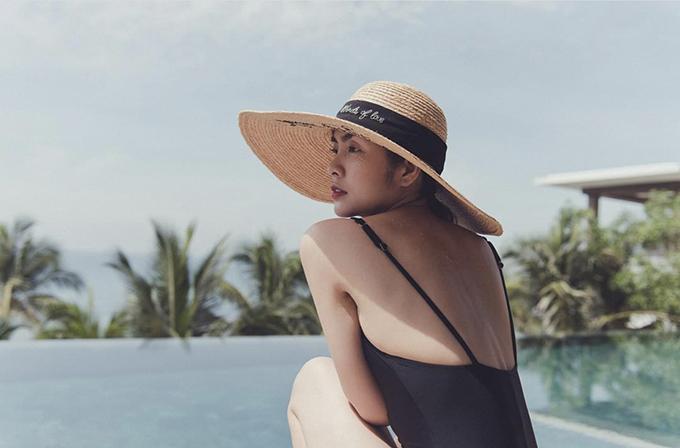 Trang phục sexy nhất của Tăng Thanh Hà là các mẫu đồ bơi, áo tắm liền mảnh. Người đẹp chuộng thiết kế đơn sắc và có cách tạo dáng khoe hình thể khá tinh thế.