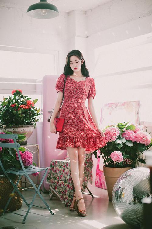 Trang phục dành cho các cô nàng yêu phong cách cổ điển với kiểu đầm tay bồng nhẹ, chân váy xếp bèo.