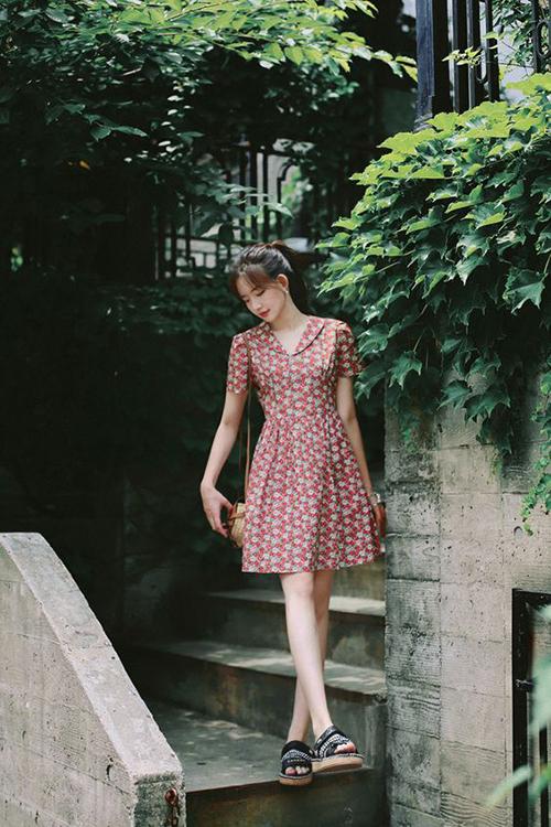 Phong cách dạo phố ngày hè với thiết kế đầm hoa dáng ngắn, cùng với hoạ tiết điệu đà là phần cổ sơ mi cách điệu và chi tiết nhún eo.