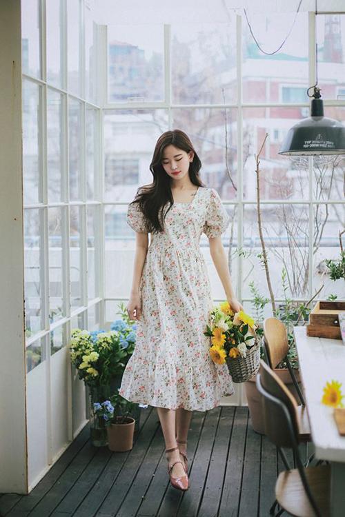 Váy hoa nhí được thể hiện đa dạng với nhiều tông màu đậm - nhạt khác nhau. Chính sự đa dang này giúp phái đẹp dễ chọn trang phục phù hợp với làm da của mình.
