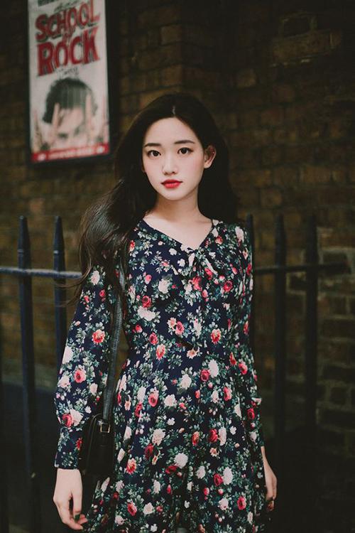 Sự phối hợp tông màu nóng trên gam xanh đen chủ đạo đã mang tới mẫu đầm tôn làn da trắng cho các cô nàng trẻ tuổi.