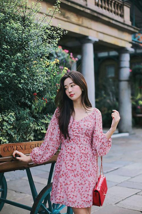 Từ style chọn đầm tôn nét nữ tính của Tăng Thanh Hà, phái đẹp có thể học hỏi và có được phong cách mùa hè hợp mốt.