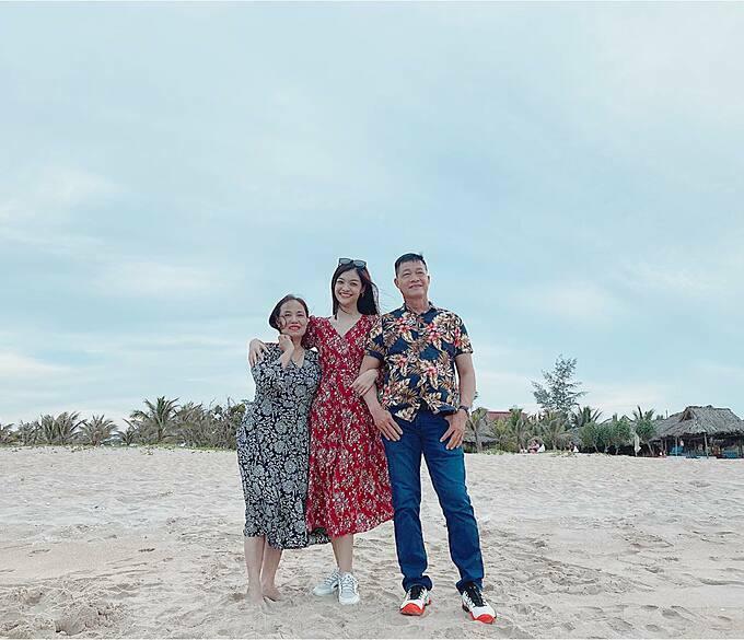 Á hậu Kiều Loan đưa bố mẹ đi du lịch biển tránh nóng.