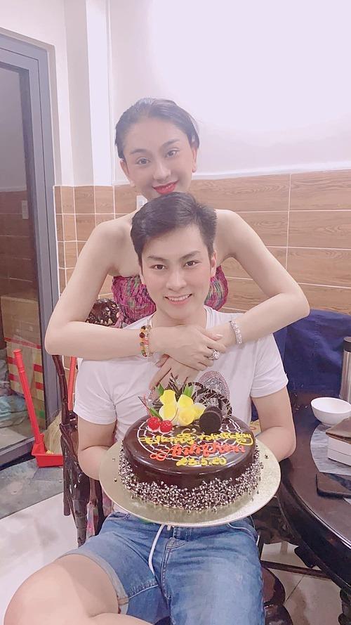 Sinh nhật ông xã yêu, mãi mãi bên nhau như vậy anh nhé, Lâm Khánh Chi nhắn nhủ chồng.