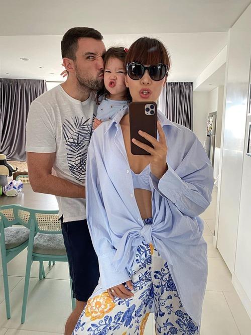 Bé Myla nhà siêu mẫu Hà Anh làm biểu cảm đáng yêu khi pose hình cùng bố mẹ.