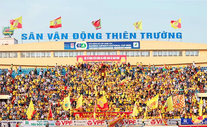 Trước trận, ban tổ chức thông báo chỉ bán ra khoảng 10.000 vé nhưng con số khán giả vào sân trên thực tế nhiều hơn. Hiện tại, Việt Nam là nước hiếm hoi trên thế giới có các trận đấu bóng đá mở cửa cho CĐV vào sân.
