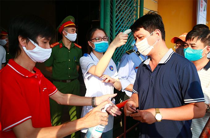 Trận đấu giữa Nam Định và HAGL ở vòng loại Cup Quốc gia 2020 diễn ra lúc 18h chiều 23/5 nhưng từ trước đó vài tiếng các CĐV đã ùn ùn kéo tới sân Thiên Trường. Theo yêu cầu của ban tổ chức, khán giả phải đeo khẩu trang, và được kiểm tra thân nhiệt, rửa tay diệt khuẩn mới được vào sân.