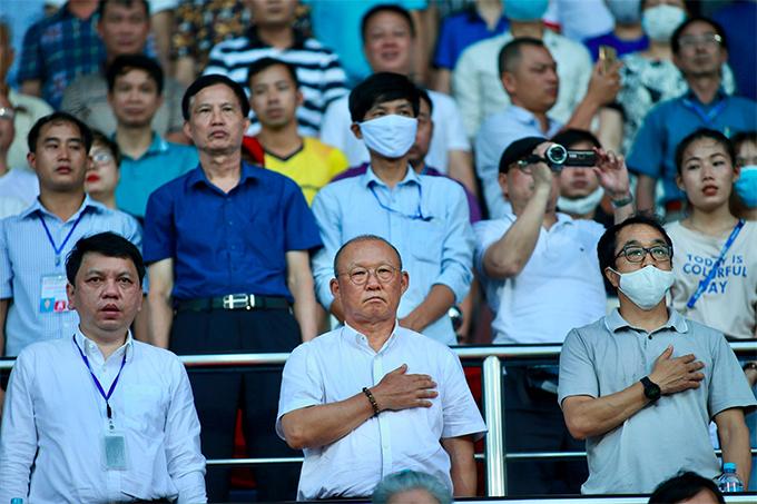HLV Park nghiêm trang, đặt tay lên ngực khi thực hiện nghi lễ Quốc ca trước trận. Bên cạnh nhà cầm quân người Hàn Quốc là Tổng thư ký VFF Lê Hoài Anh (trái) và trợ lý Lee Young-jin.