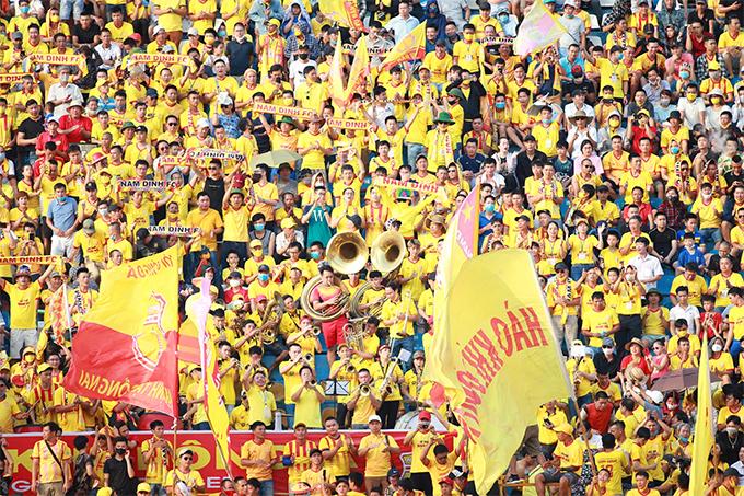 CĐV Nam Định cổ vũ hết mình cho đội nhà.