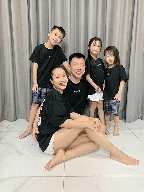 Vợ chồng Ốc Thanh Vân bên ba con.