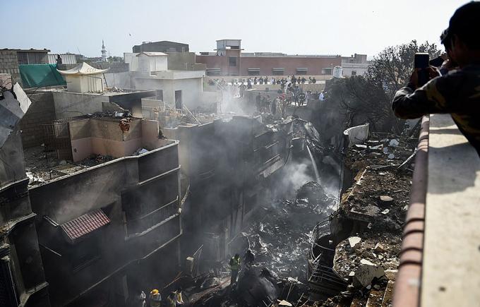 Hiện trường đống đổ nát nơi chiếc Airbus A320 đâm vào khu dân cư thành phố Karachi. Ảnh: AFP.