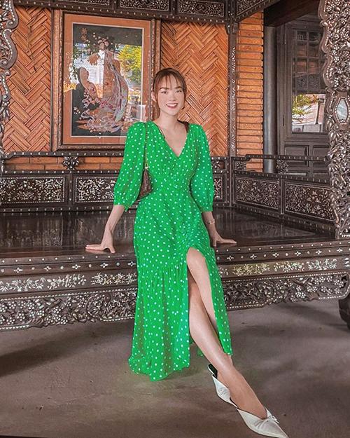 Cùng với gam xanh bơ, trang phục tông xanh lá vẫn được lòng các người đẹp showbiz Việt. Minh Hằng dịu dàng với dòng thời trang vintage, váy chấm bi được người đẹp sử dụng cùng giày hở gót, túi kẹp nách.