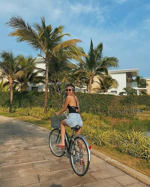 Tăng Thanh Hà khoe vai trần và làn da nâu khỏe khoắn khi đạp xe.