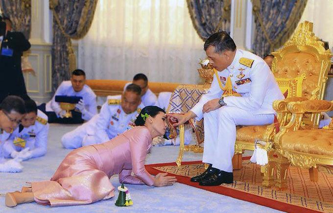 Vua Thái Lan sắc phong Hoàng hậu cho bà Suthida hồi năm 2019. Ảnh: AFP.