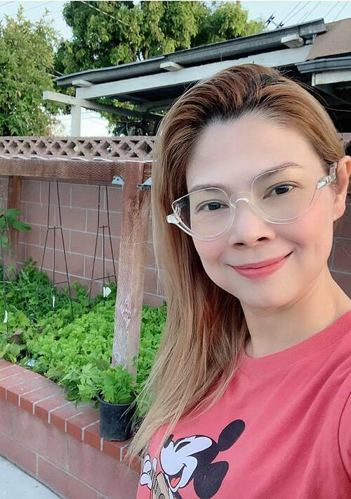 Ca sĩ Thanh Thảo khoe rau nhà trồng tại Mỹ.