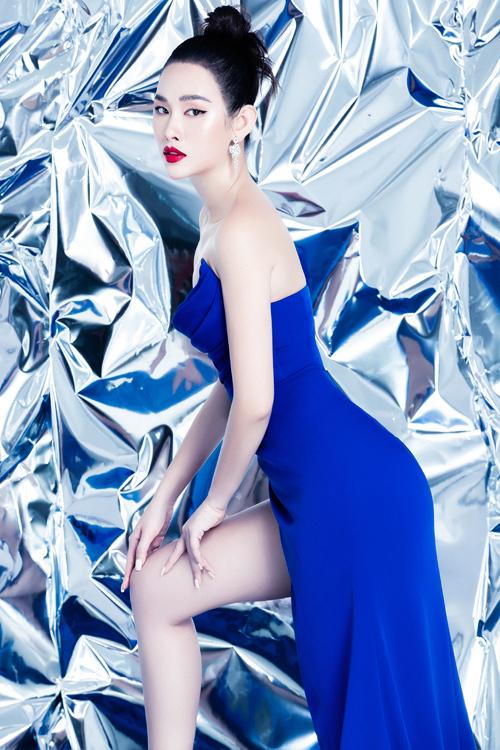Trong bộ ảnh, Thanh Trang diện những bộ váy hai sắc trắng – xanh lam với dáng cúp ngực hoặc lệch vai và đều có điểm chung là những đường xẻ bên hông táo bạo khoe trọn đôi chân dài miên man. Người đẹp cho biết, may mắn, trong khoảng thời gian dài giãn cách, do ăn uống khoa học cùng chế độ tập luyện đều đặn, cô không bị tăng cân. Nhờ vậy, Thanh Trang vẫn giữ được những số đo các vòng như mơ ước.