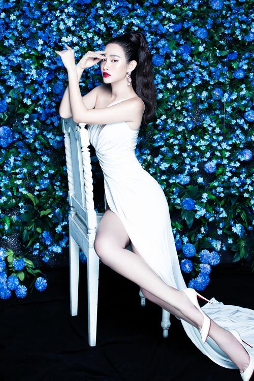 Thanh Trang kết hợp xiêm y cùng giày cao gót mũi nhọn phủ kim sa lấp lánh của Christian Louboutin, hoàn thiện phong cách kiêu kỳ mà không kém phần mộng mơ.