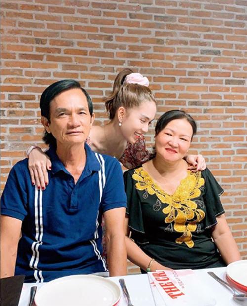 Ở đời, không để ba mẹ lo lắng chính là sự hiếu thảo nhất.Bình an, khỏe mạnh, vui vẻ chính là sự kỳ vọng tối thiểu nhất, cũng như sâu sắc nhất của ba mẹ đối với chúng ta, Ngọc Trinh quan niệm.