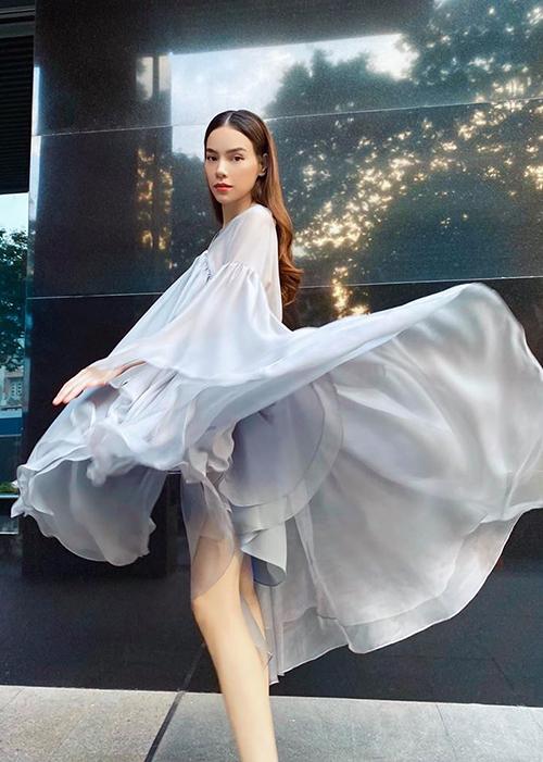 Hồ Ngọc Hà khoe dáng với váy lụa mềm khi mang song thai ở tháng thứ 3.