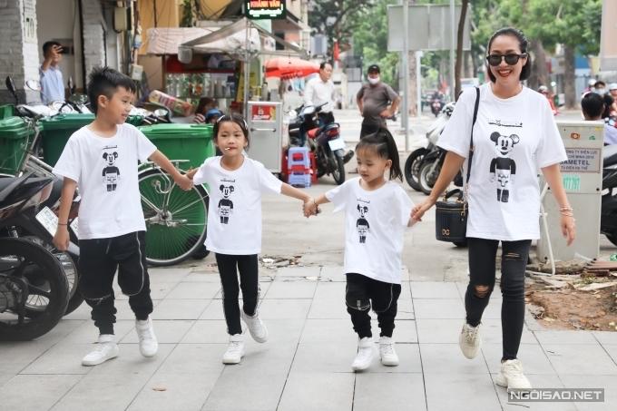 Diễn viên Ốc Thanh Vân cùng ba conCoca, Cola và Cacao diện đồ giống nhau.
