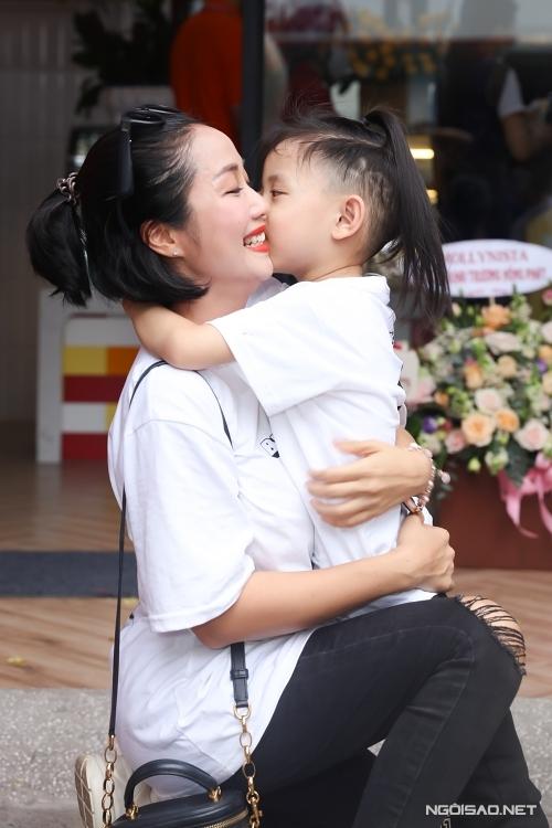 Theo Ốc Thanh Vân,bố mẹ phải luôn là người chủ động trong việc chăm sóc các nhóc tỳ. Trẻ con cần chúng ta trong mọi khoảnh khắc. Đừng vì bận rộn mà quên mất bọn trẻ đã lớn lên mỗi ngày thế nào, cô nói.