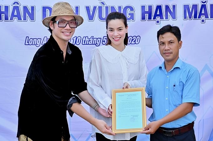 Hôm 10/5 - ở tháng thứ 3 thai kỳ nhưng Hồ Ngọc Hà không ngại đường xa, từ TP HCM xuống Long An. Nữ ca sĩtrao tặng hệ thống máy lọc nước,200 phần quà cho người dân.