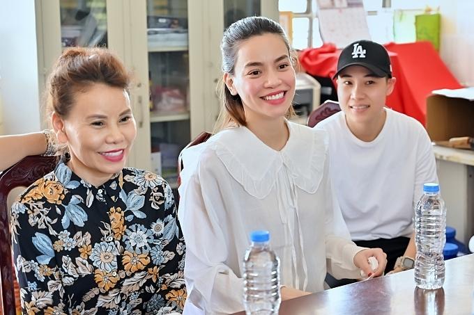 Một nguồn tin chia sẻ với Ngoisao.net, Hồ Ngọc Hà bị ốm nghén. Song cô vẫn giữ tinh thần tươi vui, rạng rỡ khi cùng mẹ, con trai Subeo đi trao quà từ thiện.