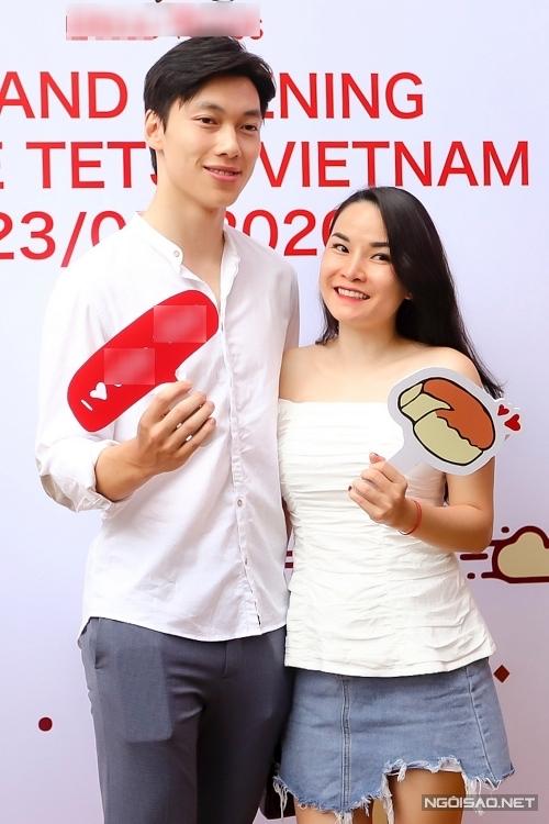 Alan Phạm sinh sống từ nhỏ Australia nhưng hiện chuyển về Việt Nam. Anh lựa chọn trang phục giản dị, cùng chị họ - ca sĩ Thu Ngọc xuất hiện ở sự kiện.