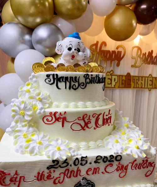 Chiếc bánh kem hoành tráng do các nhân viên của chồng Vy Oanh chuẩn bị.