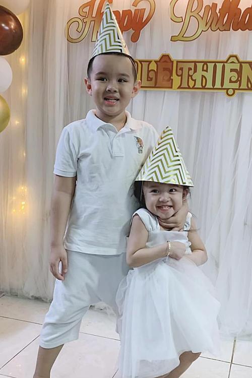 Hai con của Vy Oanh - Voi và Tuệ An - diện đồ màu trắng đồng điệu, vui đùa bên nhau.