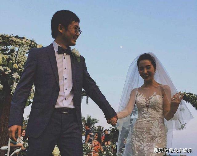 Tưởng Phàm và vợ trong ngày cưới gần chục năm trước. Người dùng mạng thậm chí còn so sánh đôi tay của Tưởng Phàm với đôi tay từng nắm lấy tay Trương Đại Dịch, và nhận xét rằng là một.