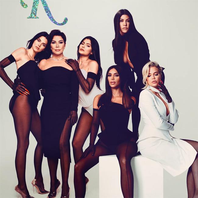 Kris Jenner (thứ hai từ trái sang) bên năm cô con gái xinh đẹp.