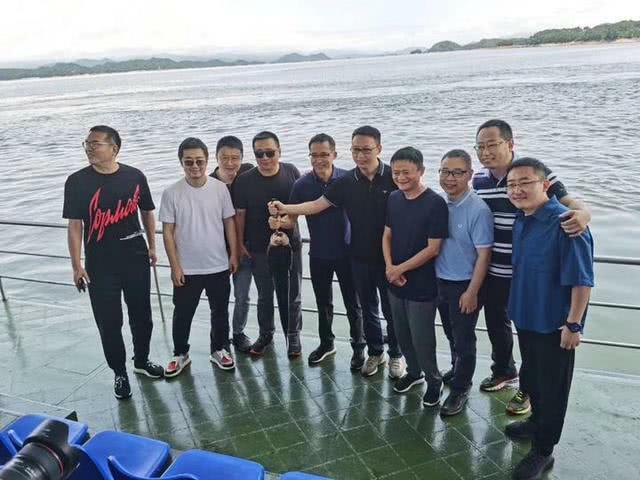 Tưởng Phàm (thứ hai từ trái sang) tháp tùng ông Mã Vân (thứ tư từ phải sang) đi câu cá ở Chiết Giang.