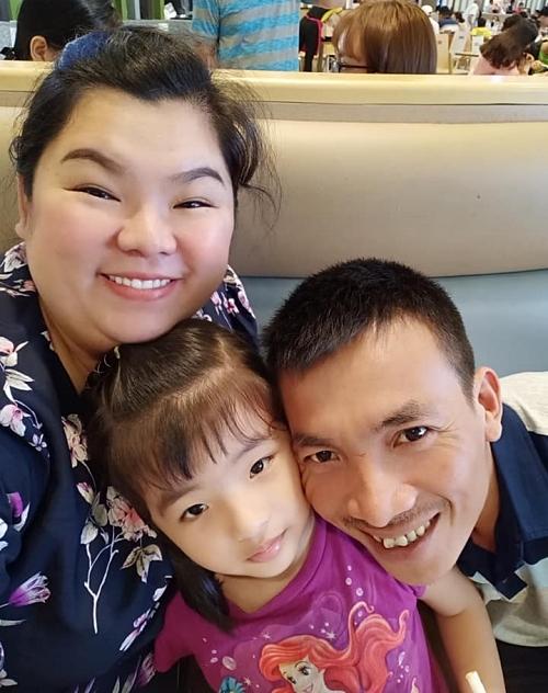 Vợ chồng Tuyền Mập bên cạnh con gái.