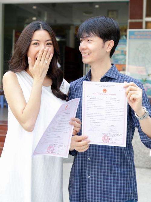 Thuý Vân và hôn phu Nhật Vũ khoe tờ giấy đăng ký kết hôn được thực hiện tại UBND phường Thảo Điền, Quận 2, TP HCM.