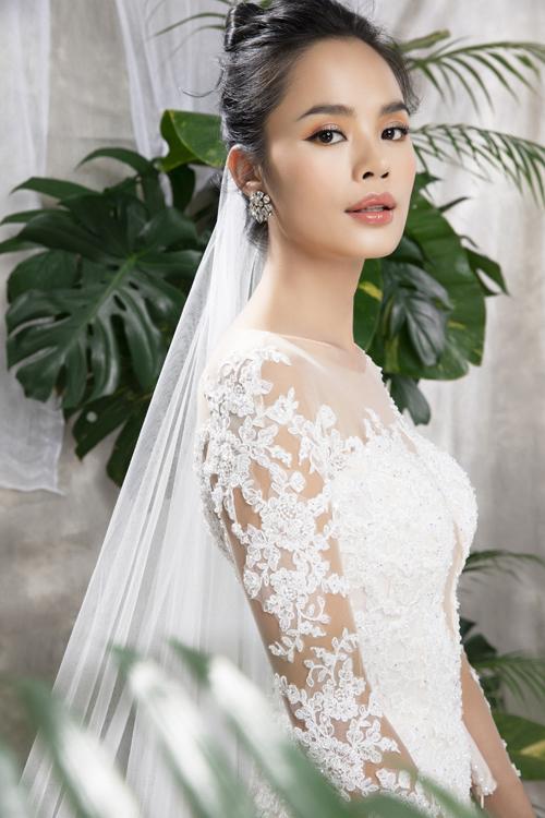Váy có tính ứng dụng cao, giúp mang lại vẻ thanh thoát trong từng nhịp di chuyển của cô dâu. NTK và cộng sự sử dụng kỹ thuật may chuyên nghiệp, vải cao cấp giúp váy cưới vừa khớp số đo tân nương.