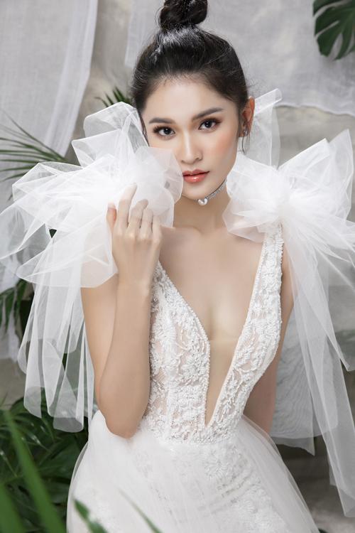 Khi cô dâu diện mẫu đầm, vòng một căng tròn, nước da sáng mịn của nàng là vũ khí để chinh phục ánh nhìn của tân lang, nổi bật tại tiệc cưới. Cổ chữ V xẻ ngực sâu được giữ sự an toàn nhờ lớp voan mỏng, tôn vẻ gợi cảm.