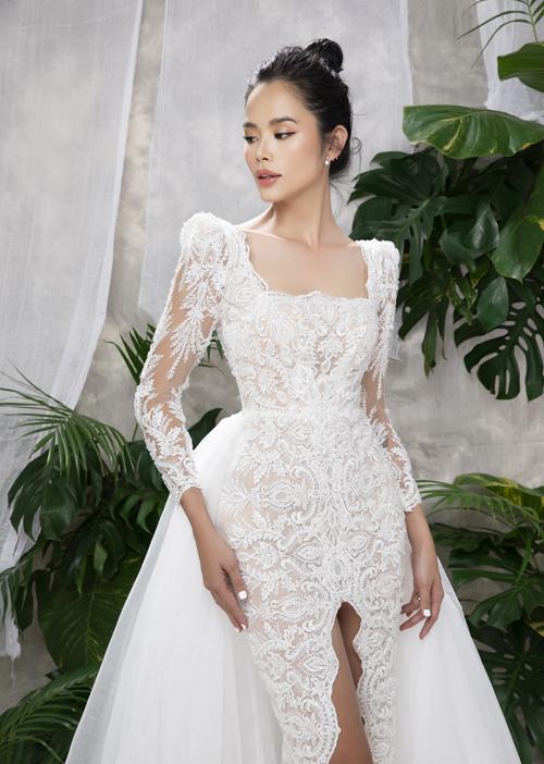 Họa tiết hoa ren cổ điển cùng ren rẽ nhánh tạo nên giá trị thẩm mỹ cho bộ váy cưới. Phần cổ chữ U giúp cô dâu khoe nét đẹp xương quai xanh mảnh mai.